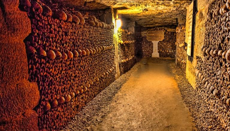 Paris-Gruseltour-durch-die-Katakomben