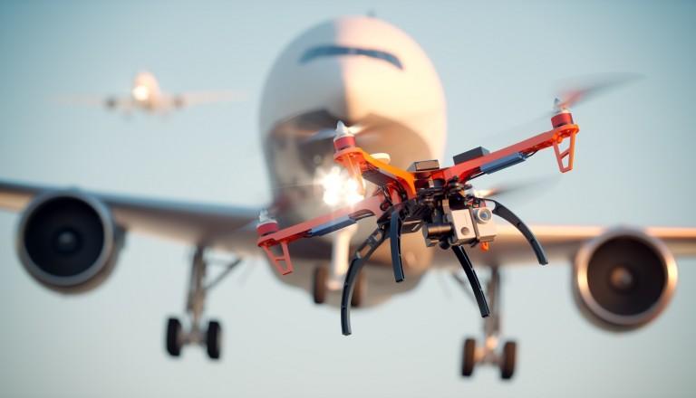 Drohne vor einem Flugzeug